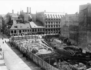 Endelig kunne anleggsarbeidet ta til. Bildet viser tomten etter Mariboegården (Prinsens gate 20).