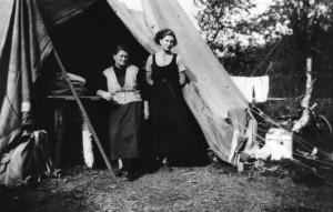 Kokker for telegrafarbeidere/linjemontører, i teltåpningen. Navn ukjent. Sted Saltfjellet. Datering: 1920-25. Bildet utlånt av Saltdal kommunes fotoarkiv.