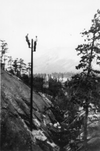 Linjemontører for telegraf i arbeid i mastene. Datering: 1020-25. Sted: Viskis, Saltdal. Bilde utlånd fra Saltdal kommunes fotoarkiv.