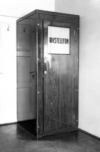 Telefonboks fra Rusånes snekkerifabrikks produksjon. Garantert lydtett. Udatert ca.1910 - 1950Fotograf: Kr. Helgesen (fotograf, Bodø) Bilde utlånt fra Saltdal Kommunes fotoarkiv.
