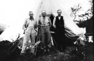 Telegrafarbeidere (ukjent) utenfor telt. Sted: Saltfjellet. Datering. 1020-25. Bilde utlånt fra Saltdal kommunes fotoarkiv.