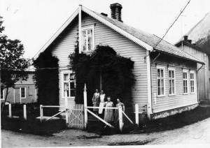 Ved inngangen: Fra venstre: Astrid Tverå, fru Marcussen, Kristine Høihilder, Rikki Knoph (bestyrer). Datering ca 1928. Bildet er utlånt fra Saltdal kommunes fotoarkiv.