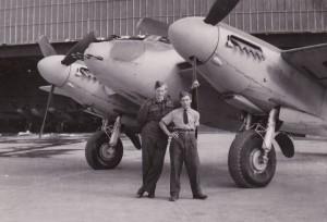 Torgny t.h. på et 65 år gammelt bilde av den engelske jagerbomberen Mosquito