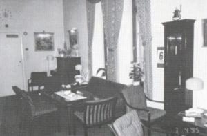 Pianokroken i Bestorpstua - med Telegrafverkets hovedur