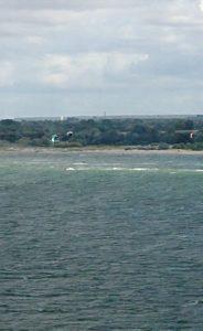 Kite i vinden på strand i Kiel