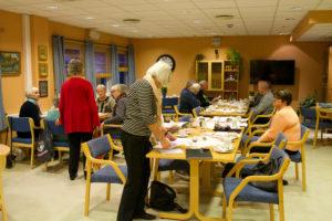 Snart er kl. 1700, medlemmer ankommer og Magnhild forbereder møte.