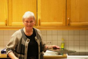 Malene ordner opp på kjøkkenet etter kveldens møte.