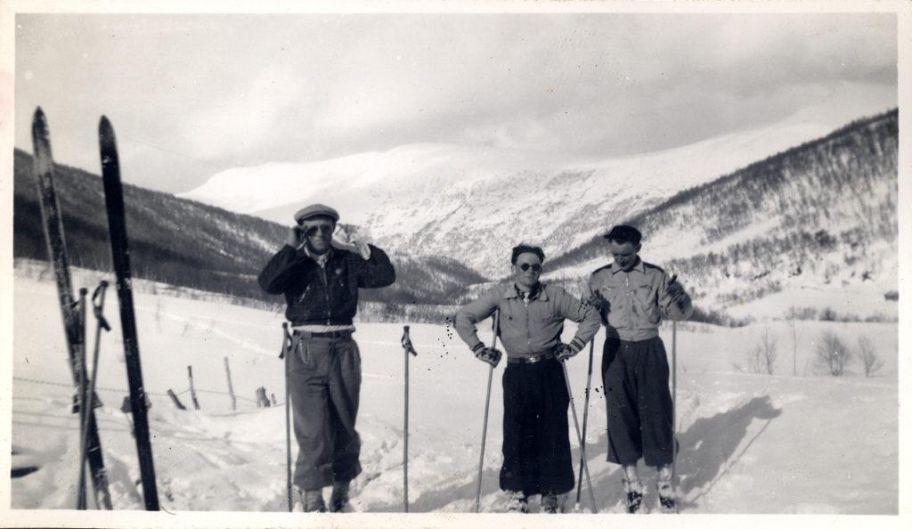 Dette bildet har ikke noe med julebordet å gjøre, men det viser spreke karer på skitur i Vistdalsfjella. Long time ago. Tar det vel bort herfra etterhvert.