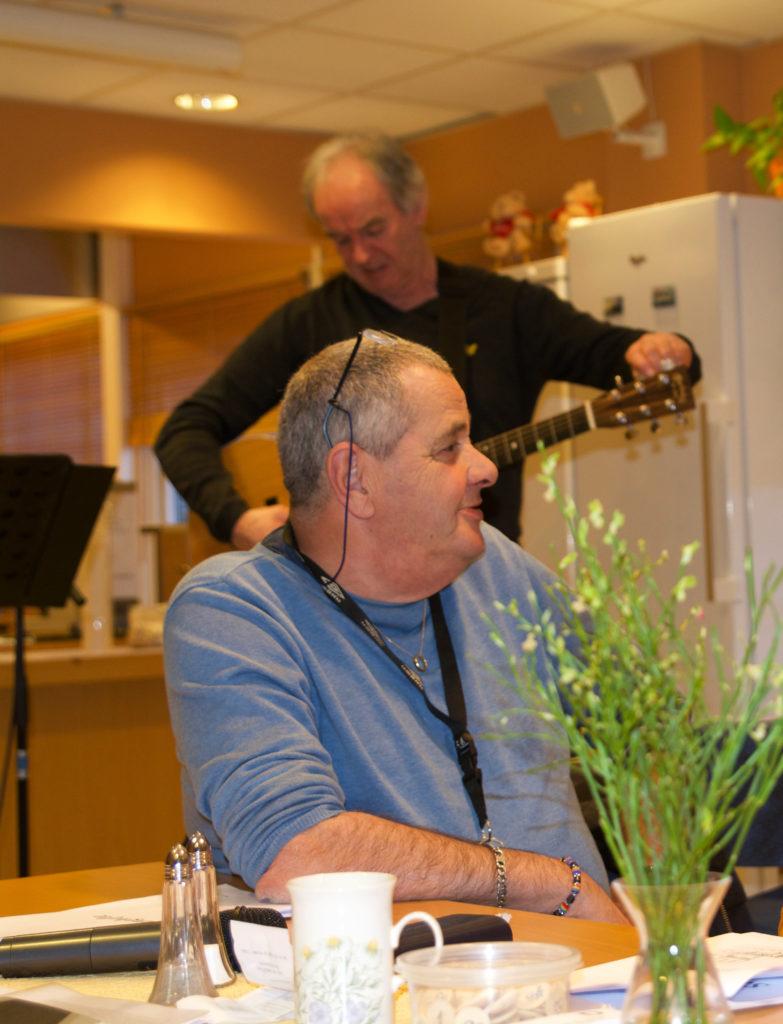 Snart er det underholdning. Bjarne stemmer gitaren.