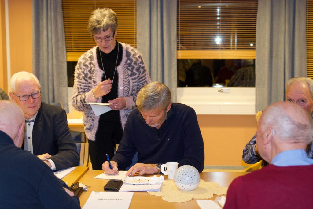 Einar er her for 2. gang, og Audbjørg trenger litt opplysninger. Hurra for nytt medlem.